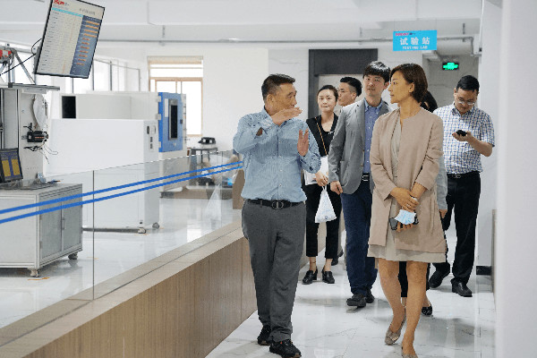 Chairman (left) led Vice Consul General Liu Bing (right) to visit the test room