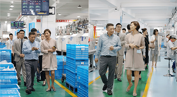 Chairman (left) led Vice Consul General Liu Bing (right) to visit the automated production workshop